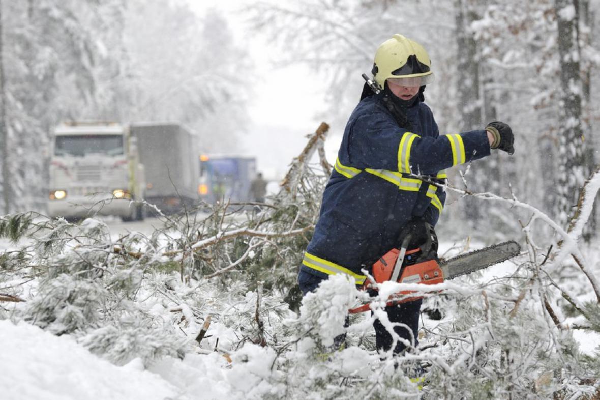 Popadané stromy komplikovaly dopravu