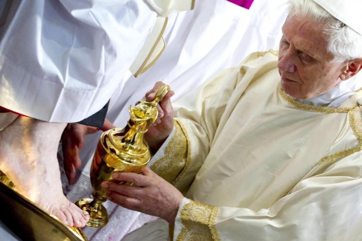 Papež omývá nohy poutníků