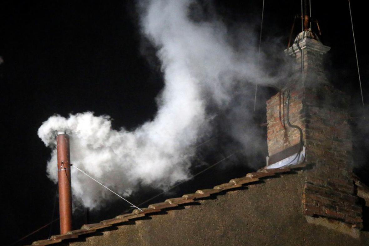Bílý kouř nad Sixtinskou kaplí