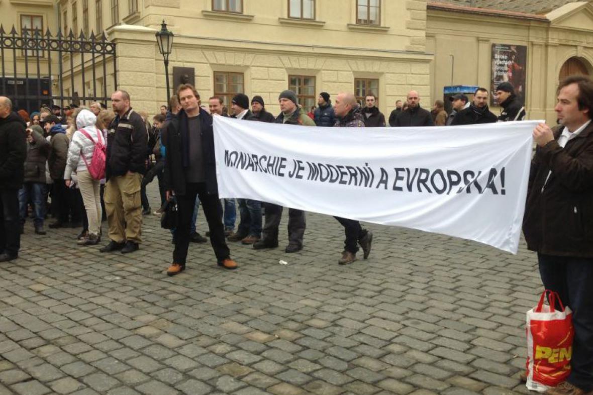 Protest monarchistů na Hradčanském náměstí