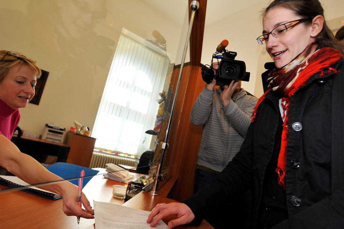 Pracovnice Senátu předává Ústavnímu soudu žalobu na Klause