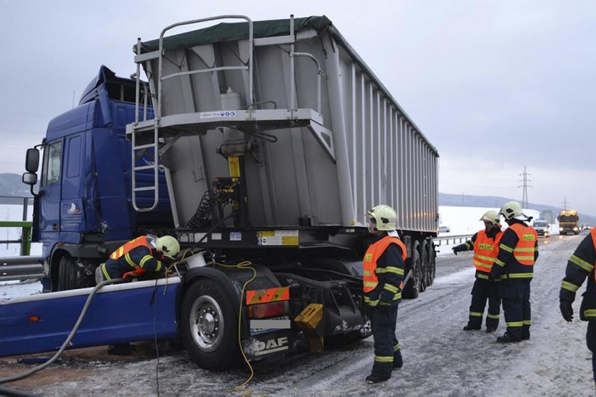 Nehoda kamionu na R6