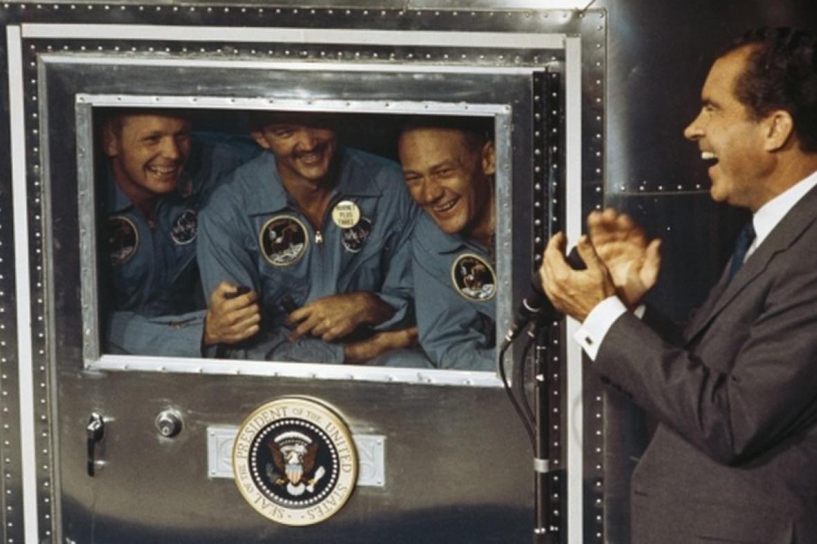 1969: Nixon vítá posádku Apolla 11 po návratu z Měsíce