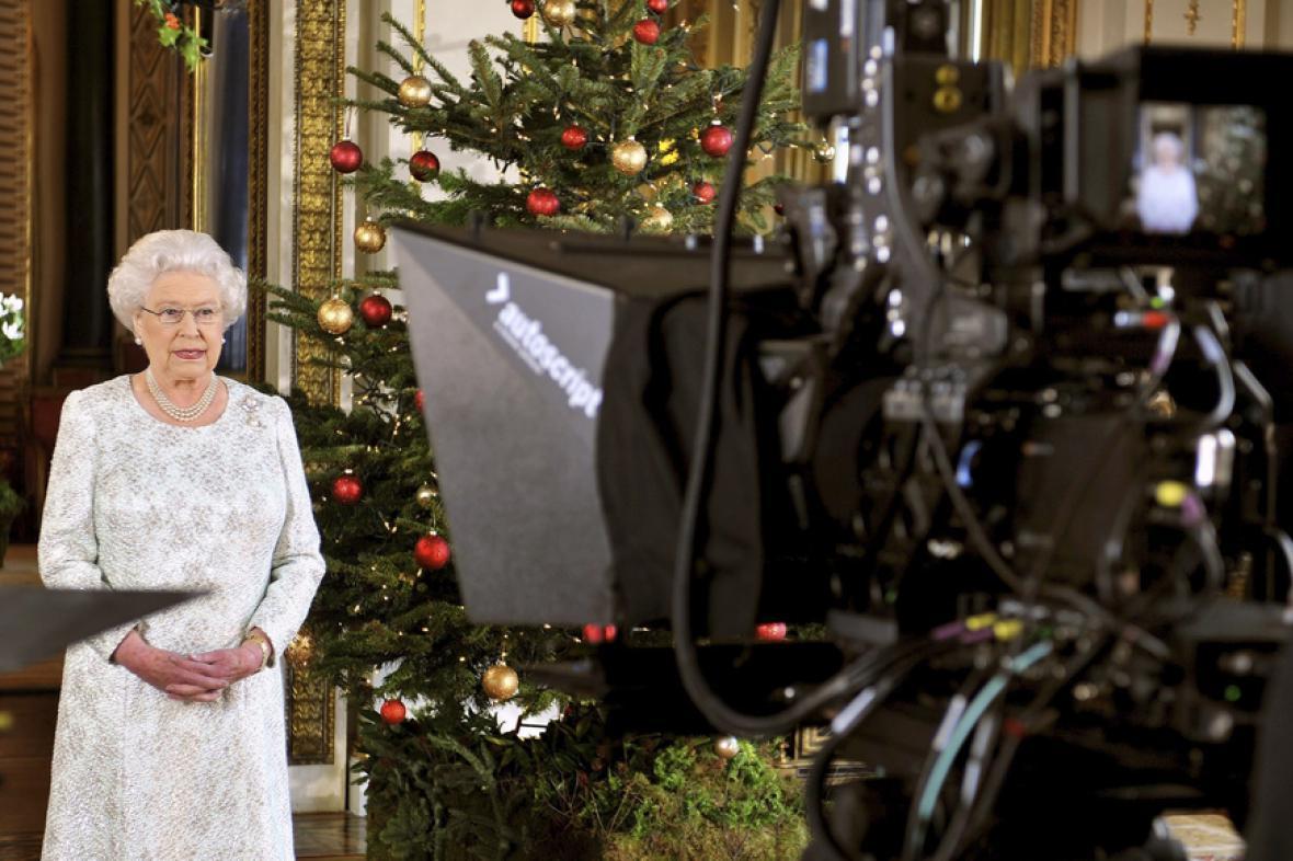 Alžběta II. při natáčení vánočního projevu ve 3D