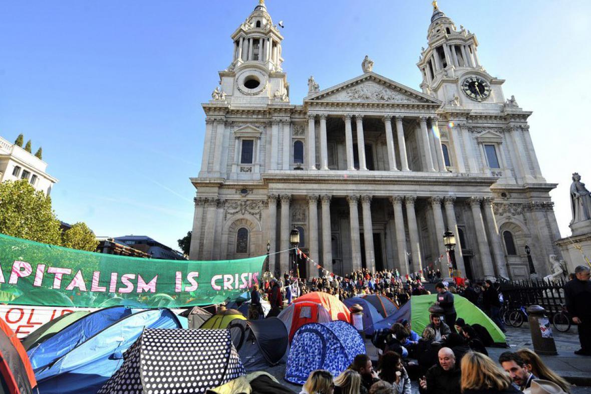 Demonstranti před katedrálou St. Paul's