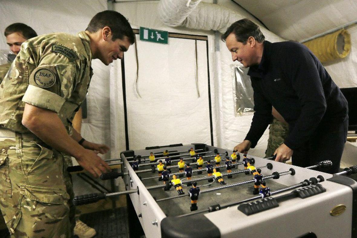 David Cameron hraje stolní fotbal s vojáky v Afghánistánu