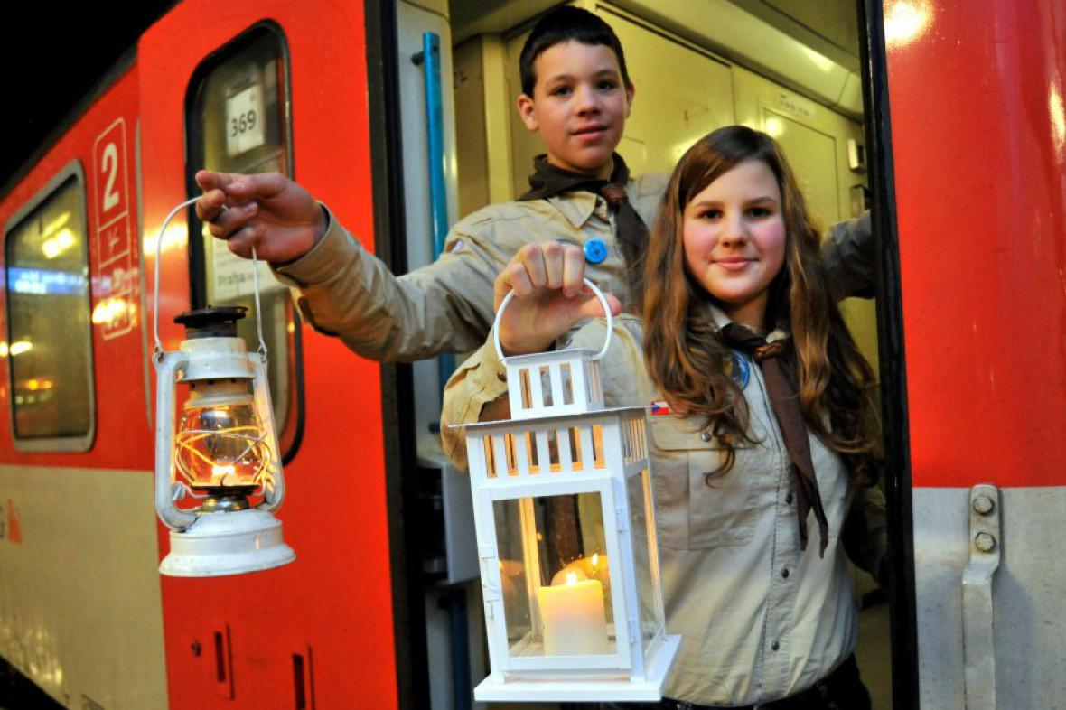 Brněnští skauti ukazují betlémské světlo