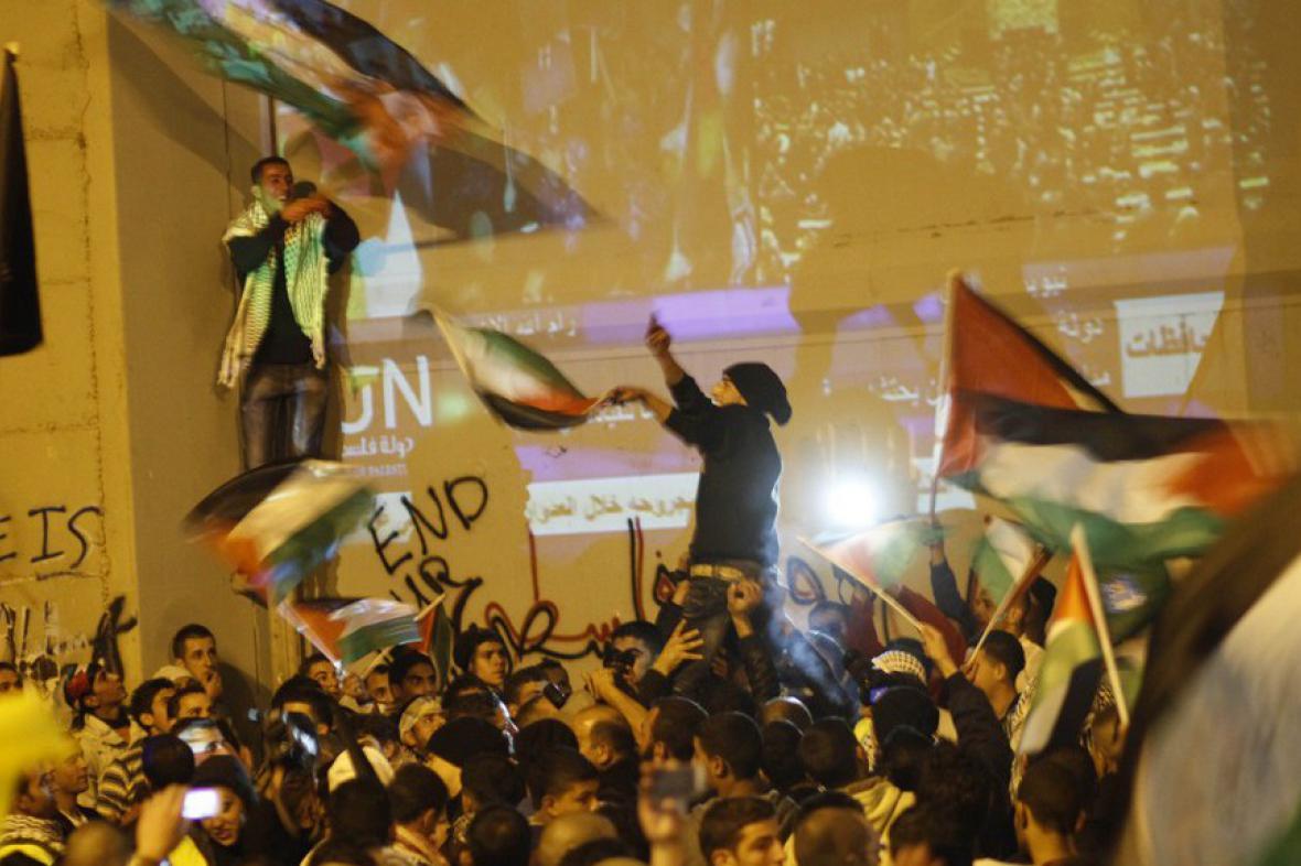Palestinci slaví u izraelské separační bariéry