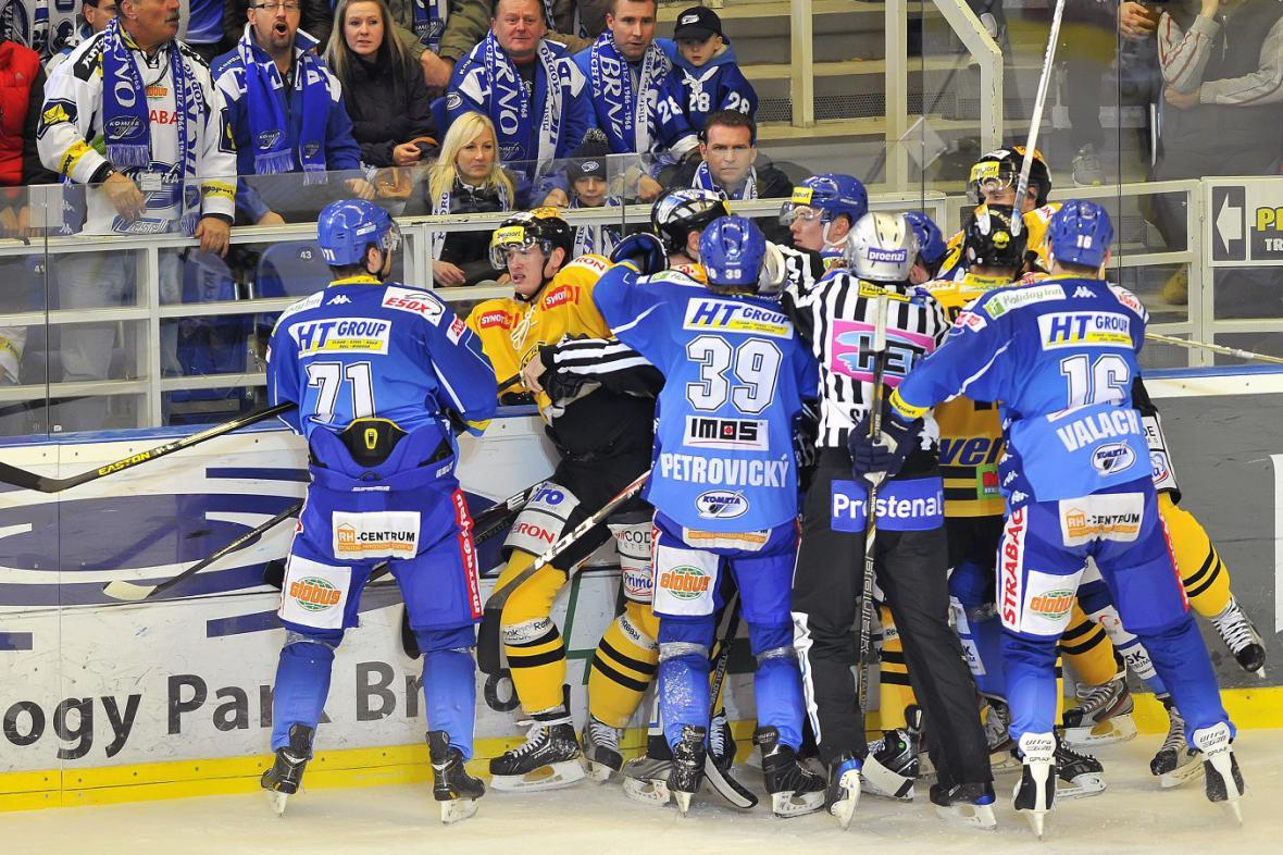 Hromadná bitka v utkání Brno - Litvínov