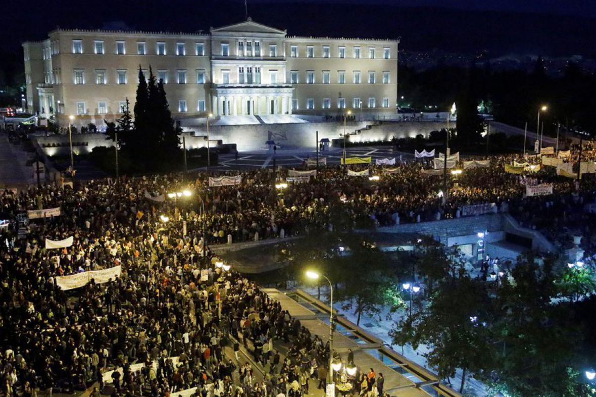 Řekové demonstrují proti dalším škrtům