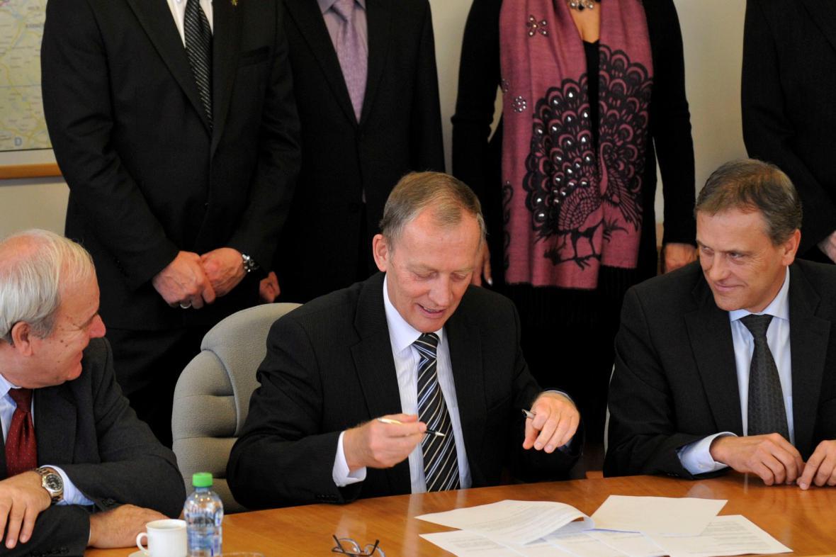 ČSSD a KSČM podepsali v Olomouckém kraji koaliční smlouvu