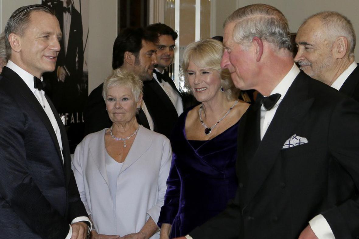 Daniel Craig, Judi Dench, Camilla Parker-Bowles a Princ Charles