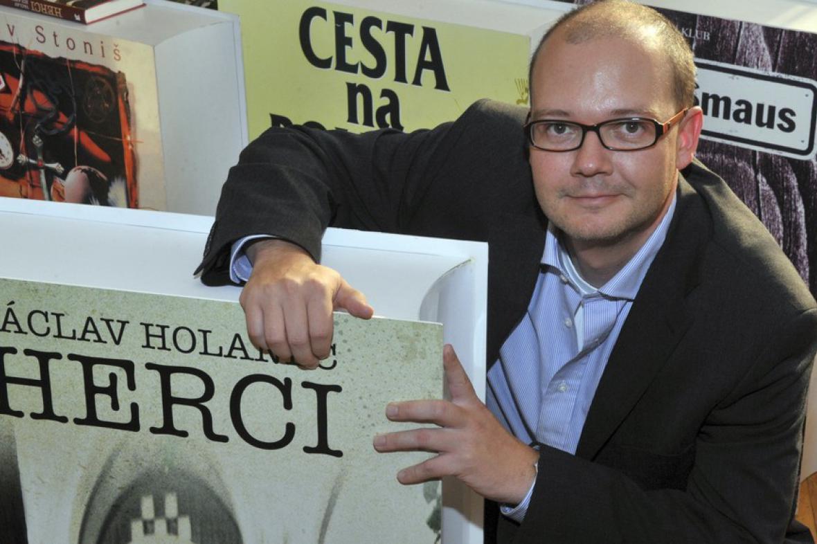 Václav Holanec se svou knihou Herci v nadživotní velikosti