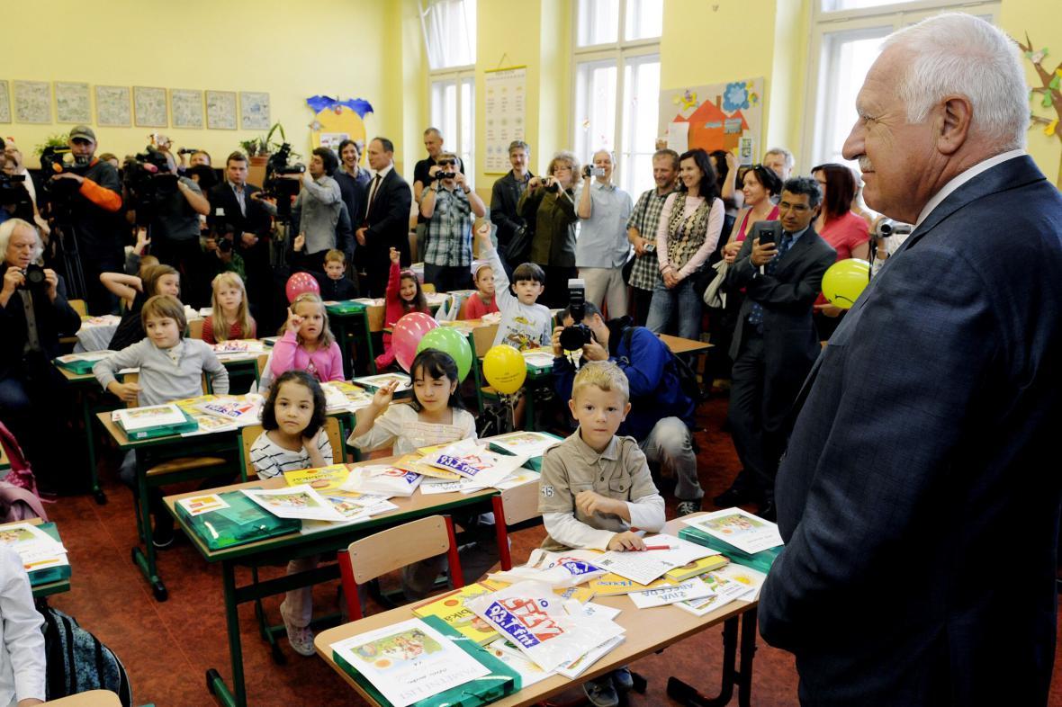 Václav Klaus vítá prvnáčky v pražské základní škole Na Smetance