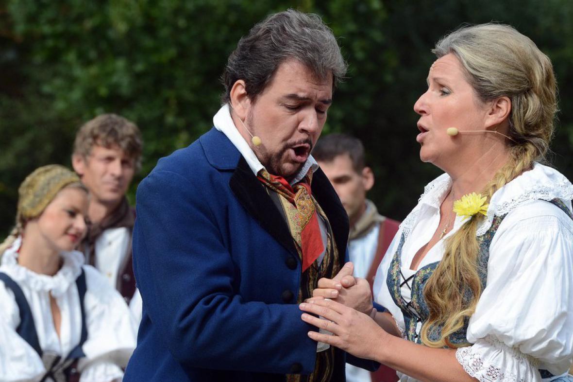 Tenor Tomáš Černý v roli Lukáše a soprán Helena Kaupová v roli Vendulky v představení opery Hubička