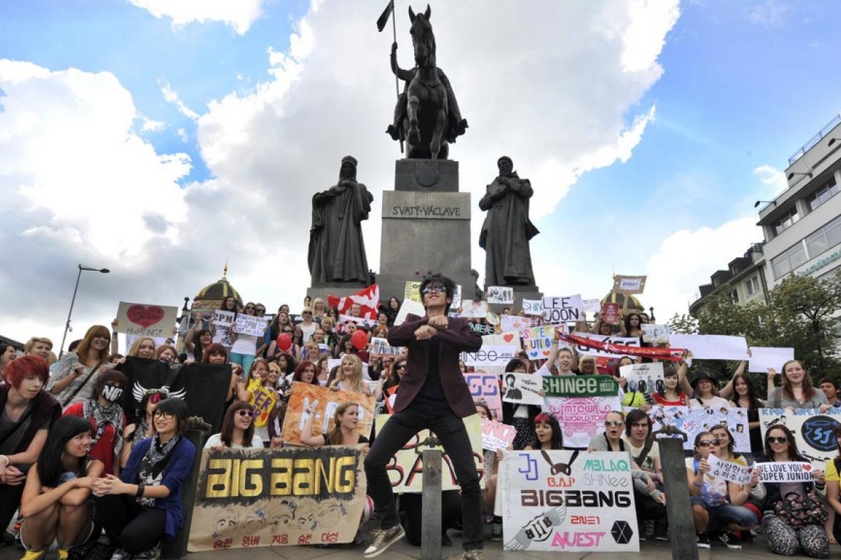Taneční flashmob milovníků korejského popu