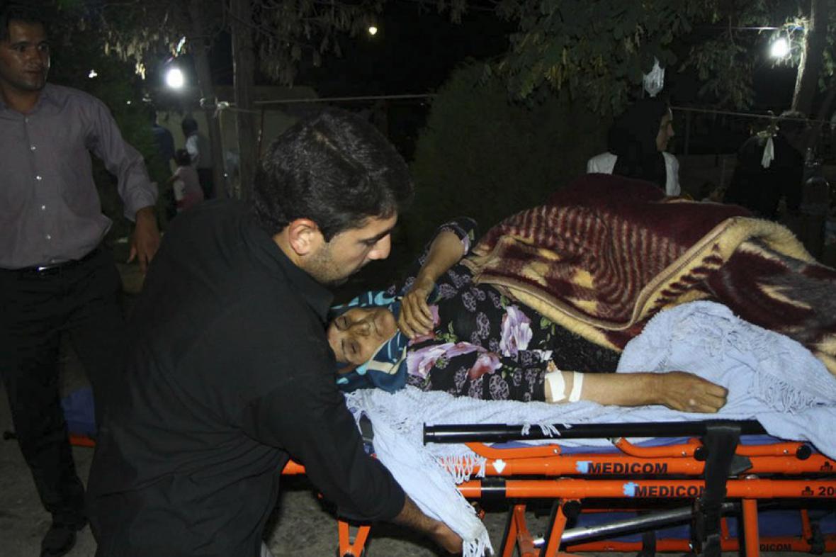 Žena zraněná při zemětřesení v Íránu