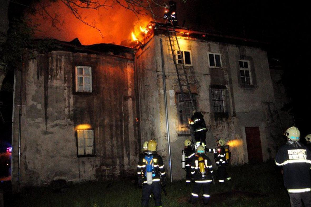 Požár fary v Brtníkách na Děčínsku
