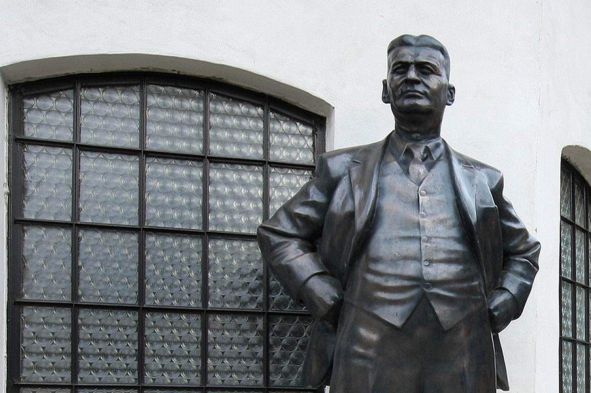 Bronzová socha zakladatele věhlasné obuvnické firmy