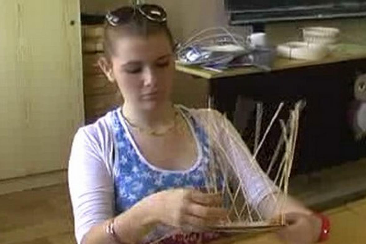 Žákyně při pletení košíku