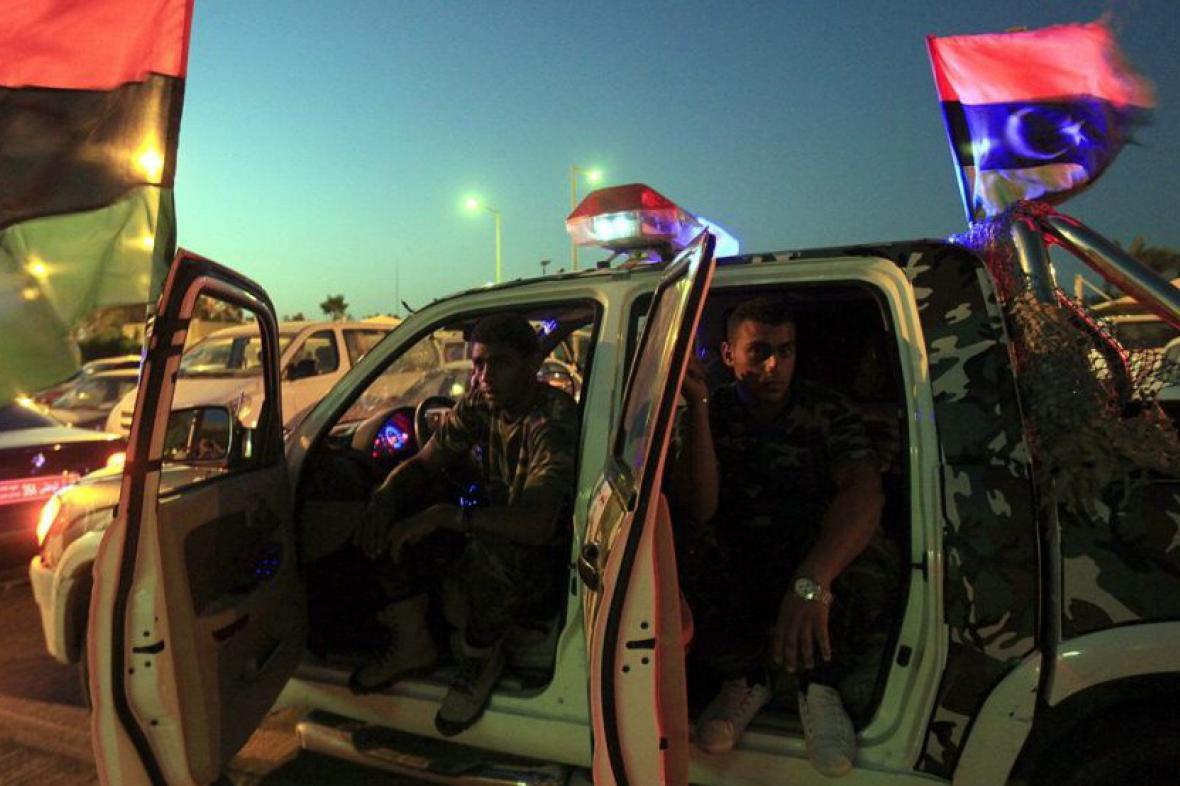 Lybijští vojáci přijíždějí pro posílení bezpečnosti před volební ústředí v Benghazi