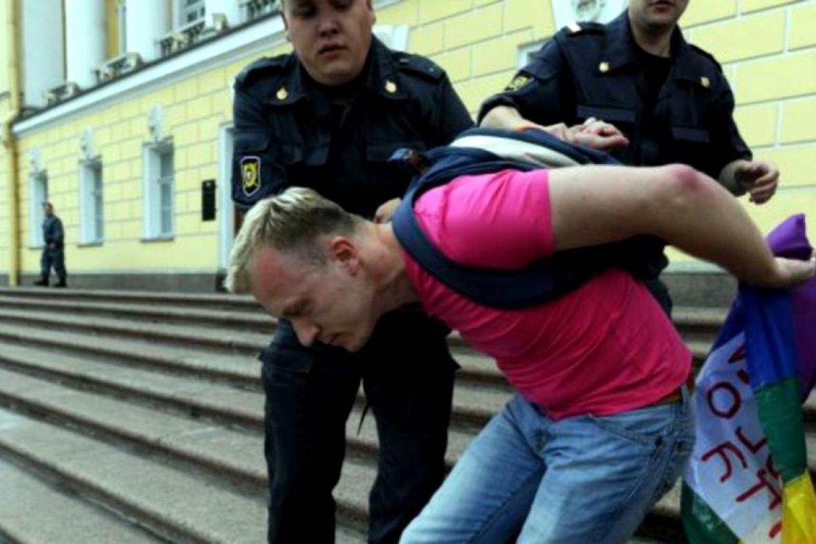 Gay aktivista zadržen policií během gay pride v Petrohradě v červnu 2011