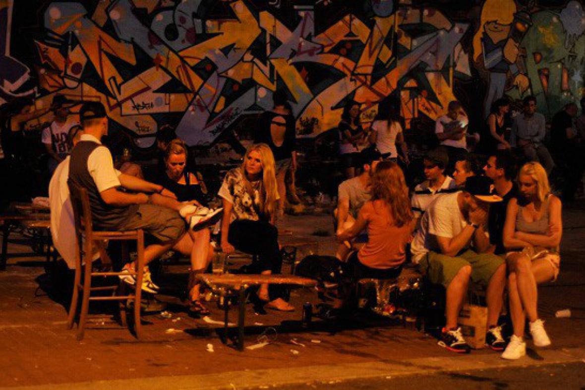 Večer se odehrával hlavně na ulici před Trafačkou