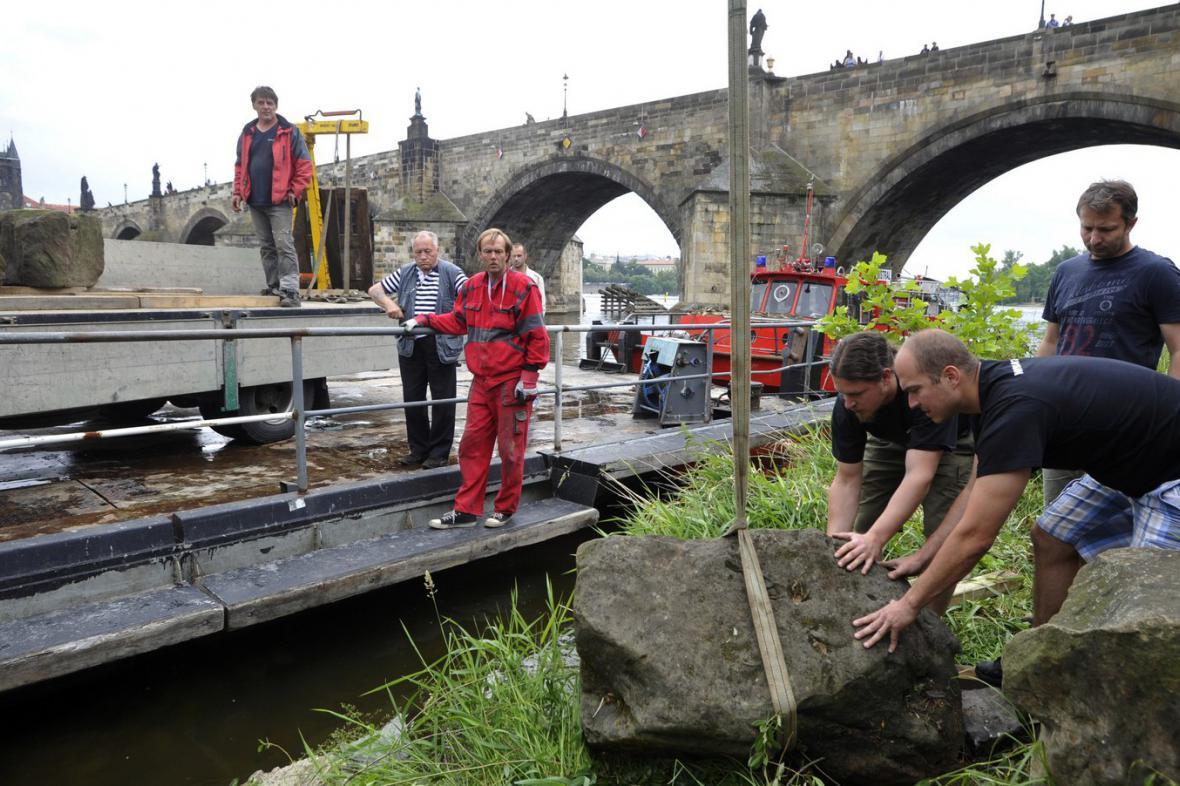 Vyzvednutí kamenů z Juditina a Karlova mostu
