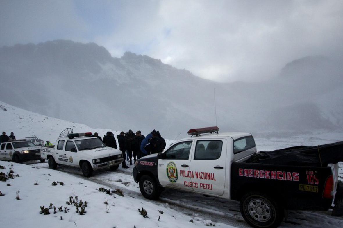 Pátrání po ztraceném vrtulníku komplikuje sníh a hustá mlha