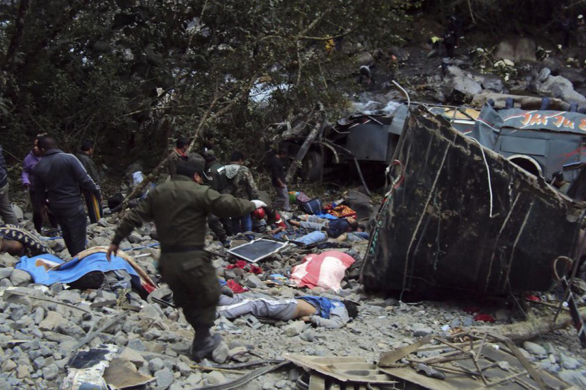 Policisté a záchranáři pátrají po obětech nehody