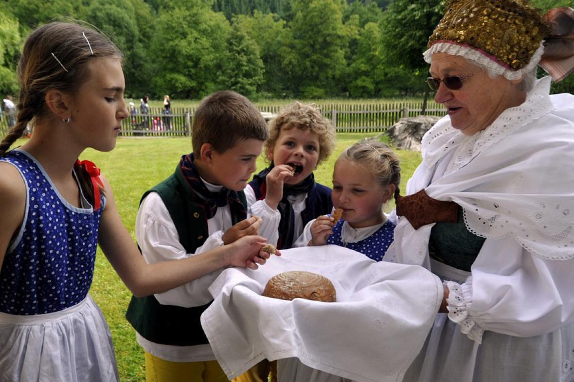 Babička s Barunkou, Janem, Vilémem a Adélkou