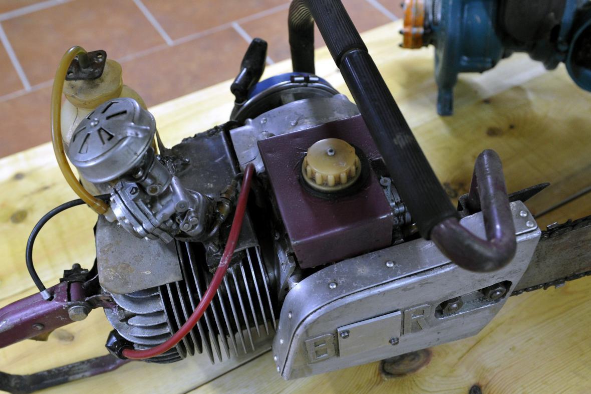 Muzeum v Kolovči - podomácku vyrobená motorová pila
