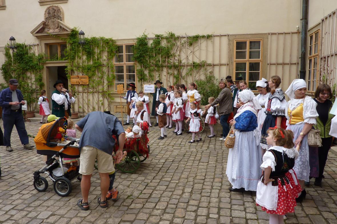 Staročeské máje na zámku v Mníšku