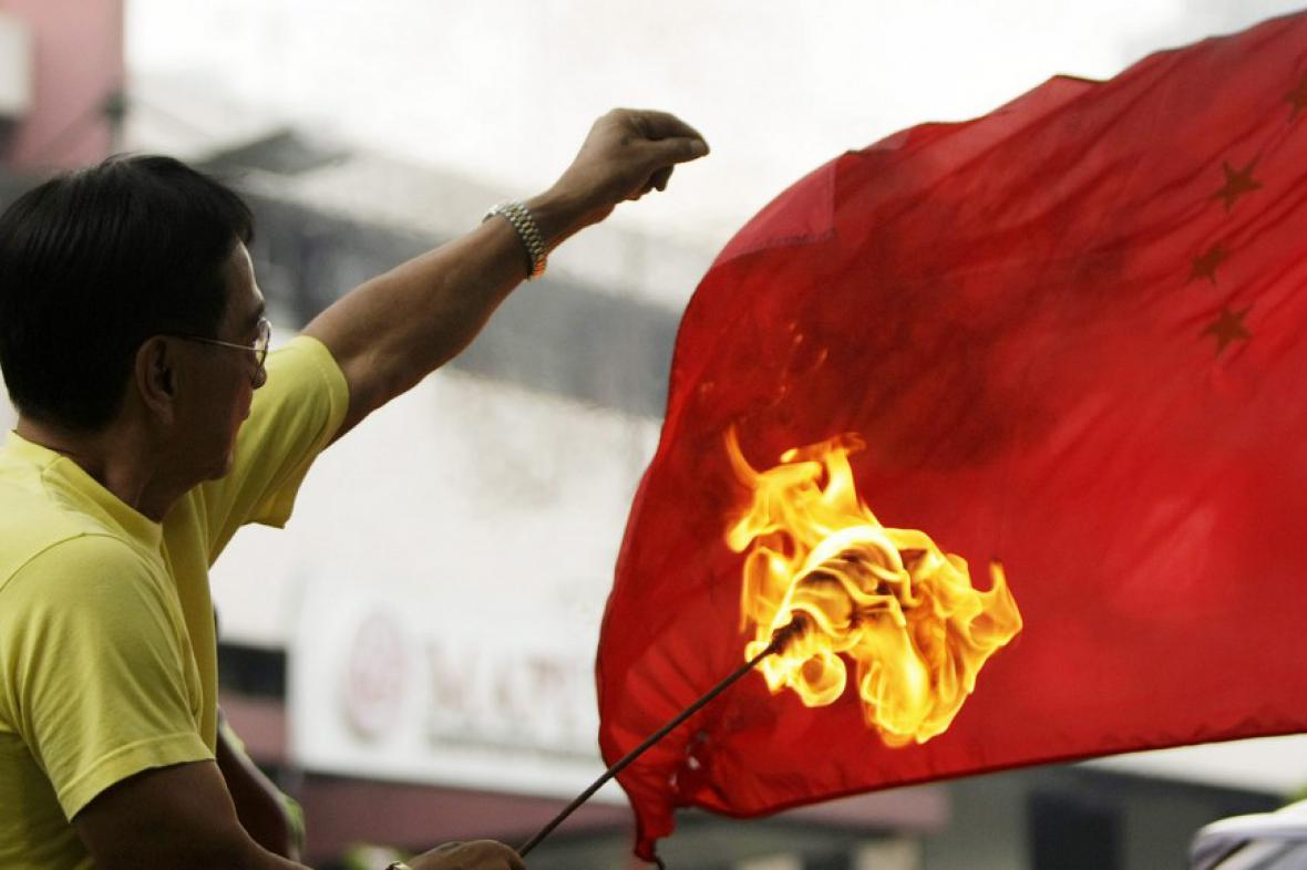 Filipínec pálí čínskou vlajku