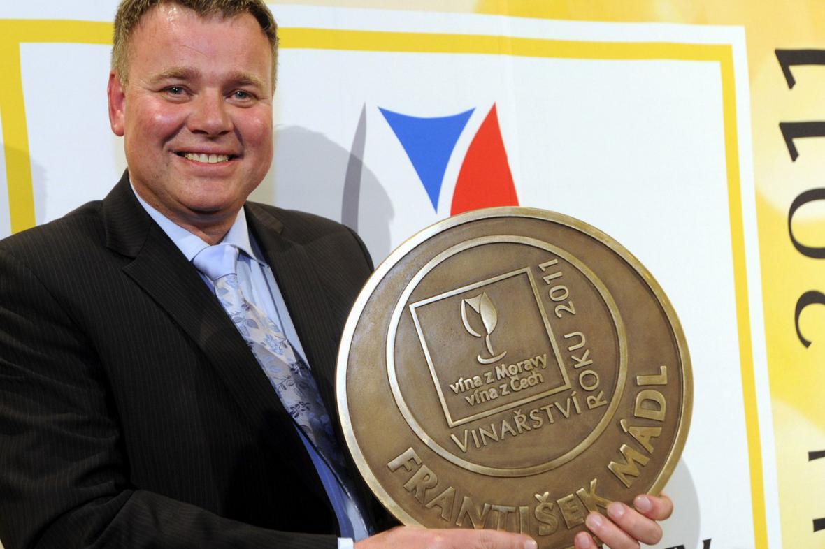 František Mádl s trofejí Vinařství roku 2011