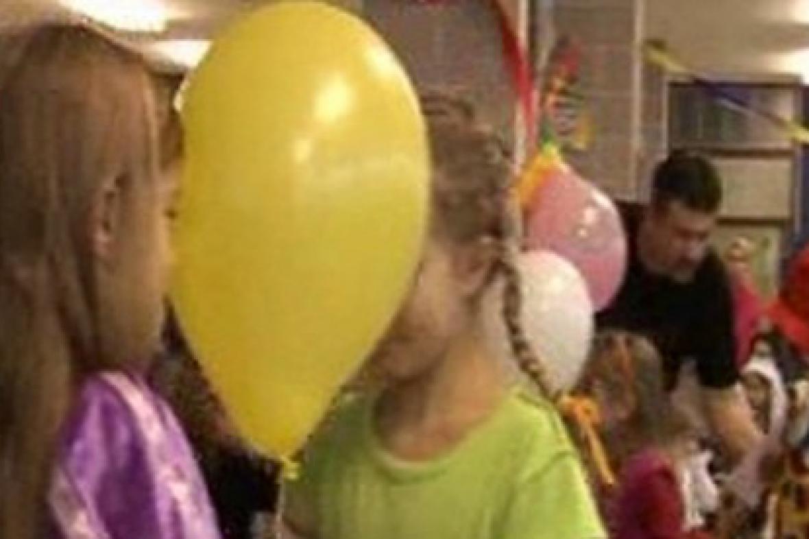 Děti tančí s balonkem
