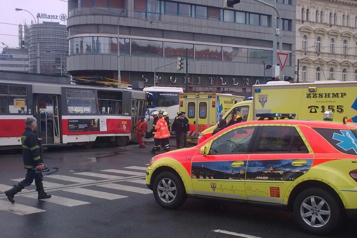 Srážka tramvaje a autobusu