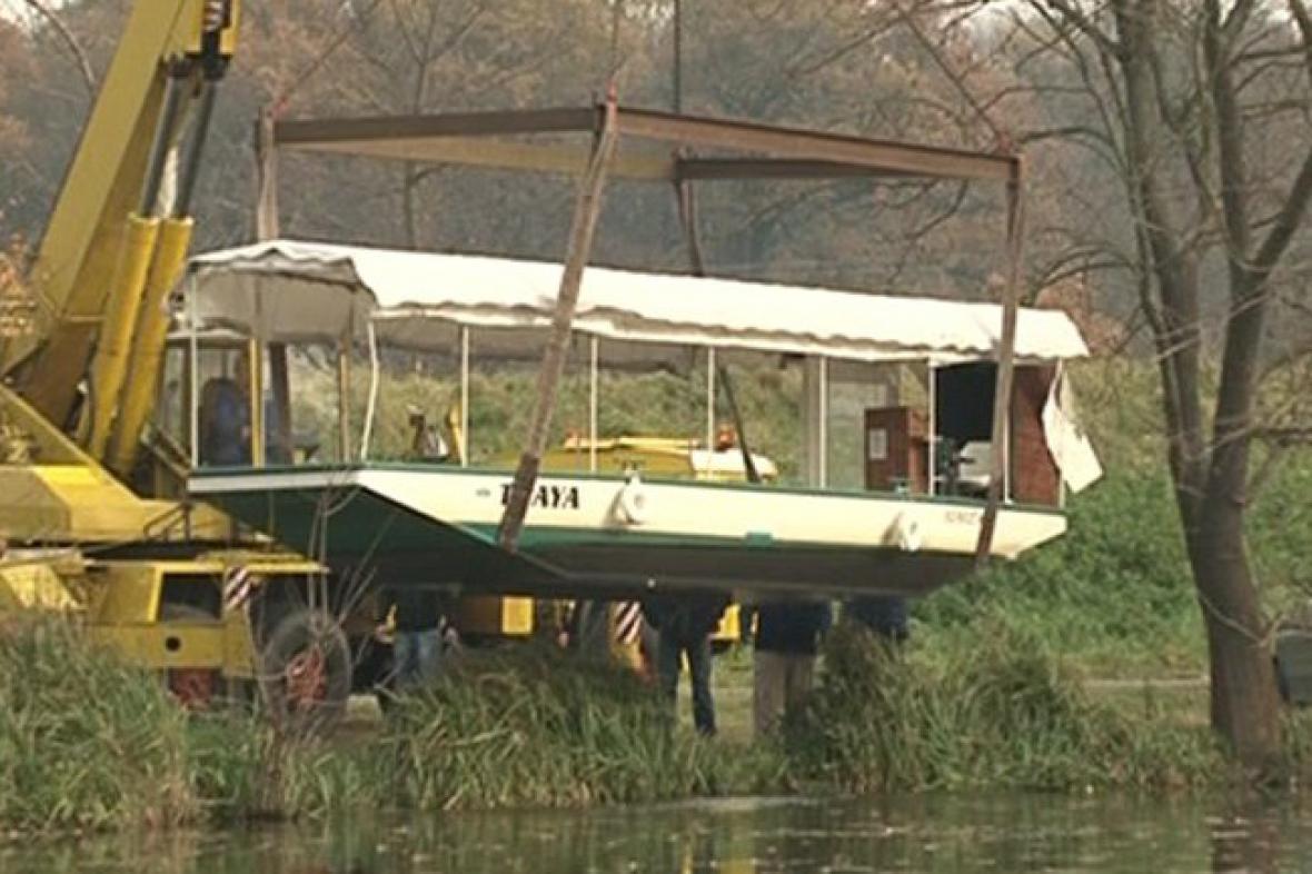 Jeřáb vytahuje loď Thaya na břeh