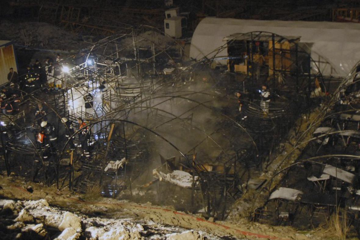Trosky stanů na staveništi obchodního centra v tureckém Istanbulu