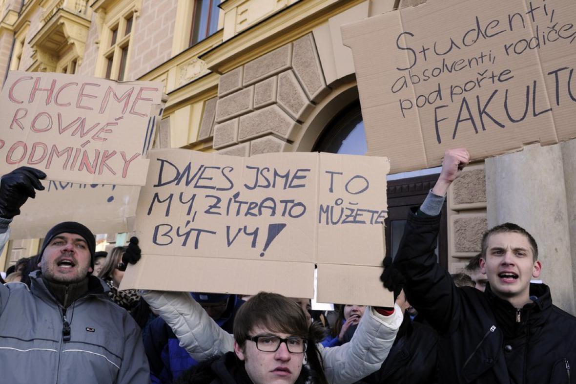 Protestující studenti plzeňských práv