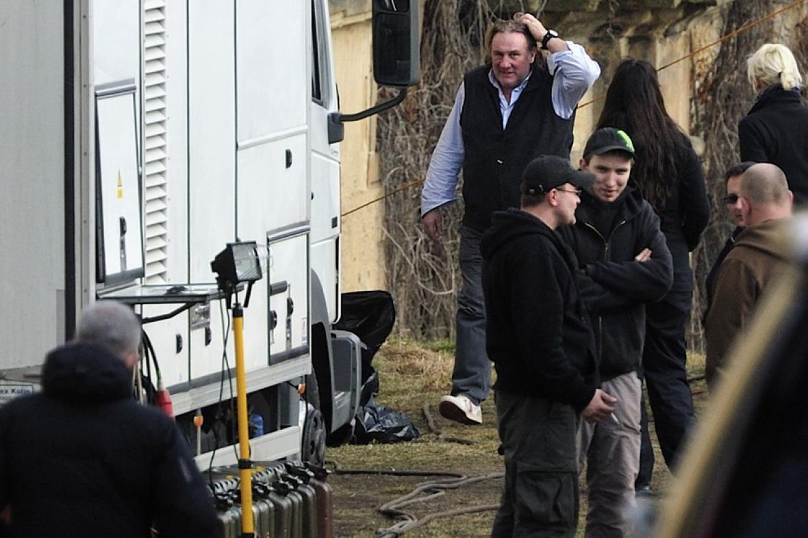 Gérard Depardieu při natáčení v Chotěšově