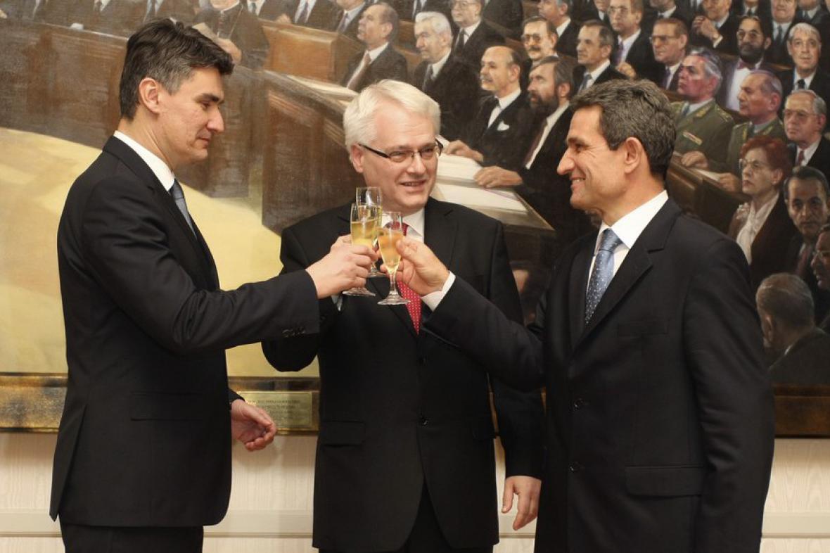 Zleva: chorvatský premiér Zoran Milanovič, prezident Ivo Josipovič a mluvčí parlamentu Boris Šprem připíjí na výsledek r
