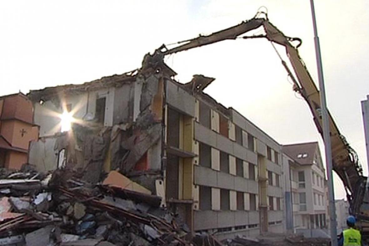 Bourání panelového domu v centru města
