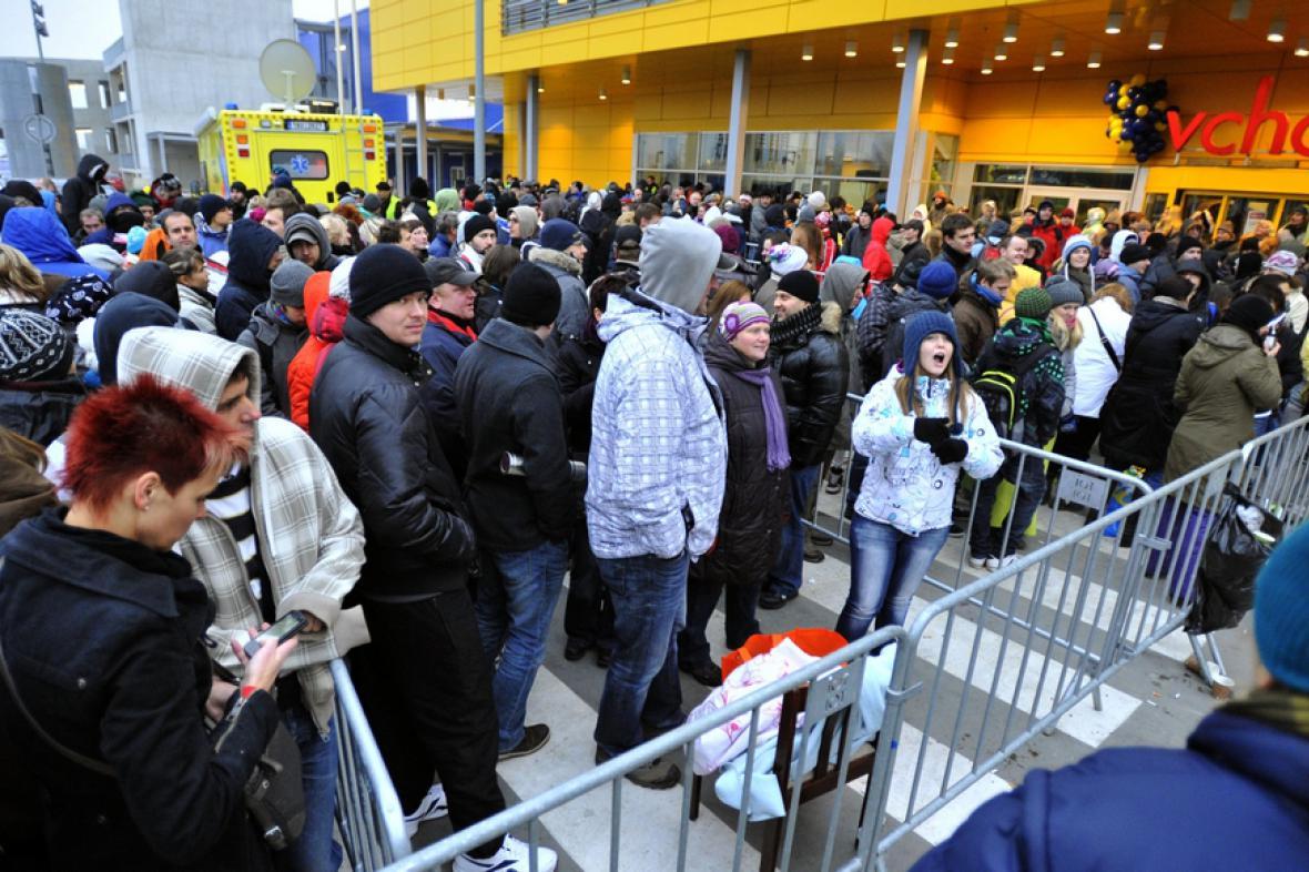 Lidé čekající před prodejnou IKEA na pražském Černém Mostě