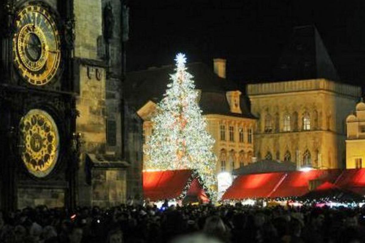 Tradiční vánoční strom na Staroměstském náměstí