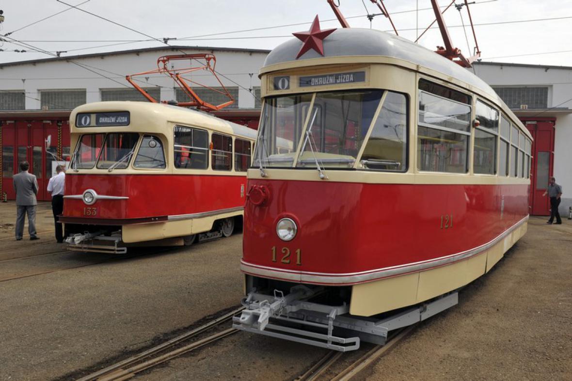 Tatra T1 (vpravo) a T2