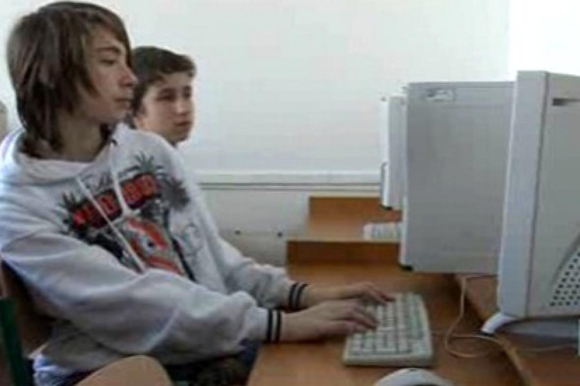 Žák vyhledává informace na internetu