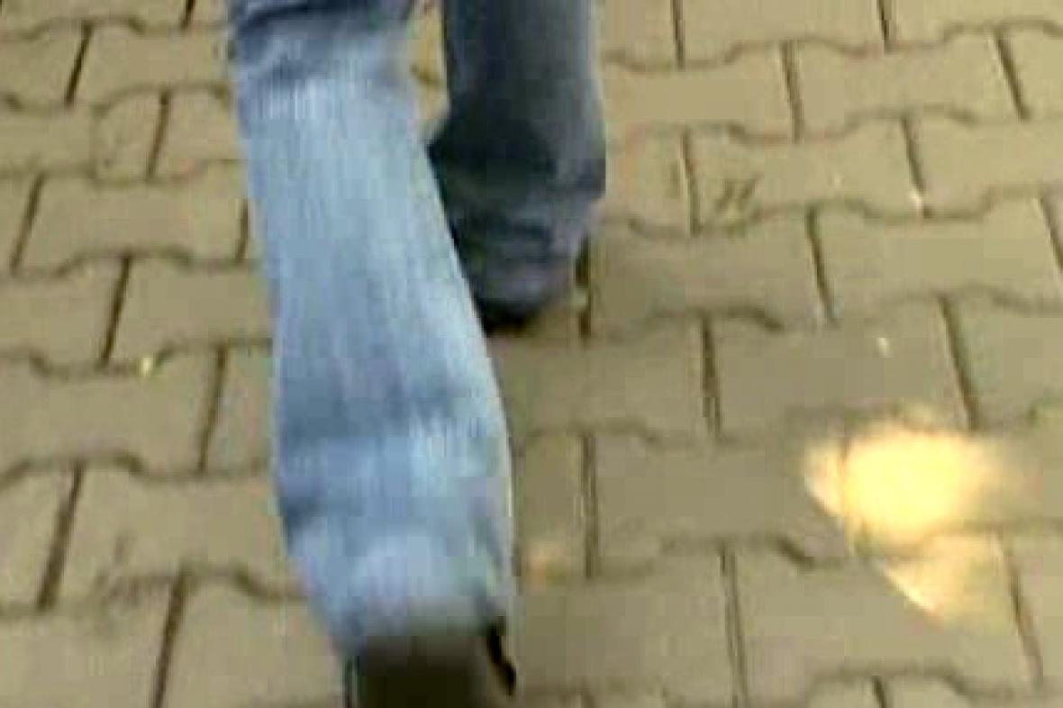 Dívka na chodníku