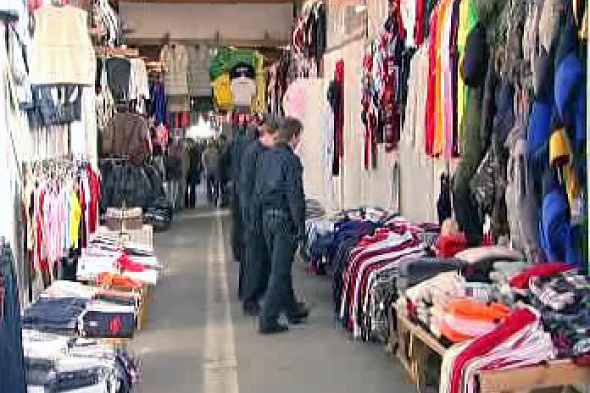 Celníci kontroluji tržnici