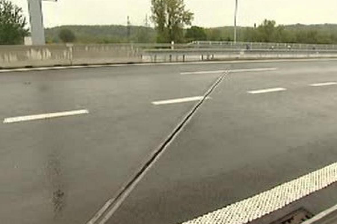 Odvodňovací žlab na silnici